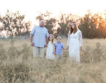 Mulher que sofreu 7 abortos inclui os filhos que não nasceram em foto de família